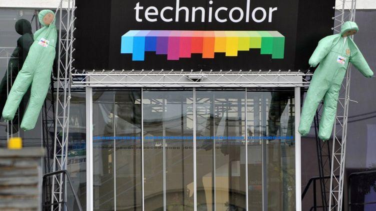 Des mannequins sur la façade de l'usine Technicolor, à Angers (Maine-et-Loire), le 18 avril 2012. (FRANK PERRY / AFP)