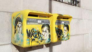 Des tags antisémites sur des boîtes aux lettres sur lesquelles figurent des portraits de Simone Veil, le 11 février 2019 dans le 13e arrondissement de Paris. (JACQUES DEMARTHON / AFP)
