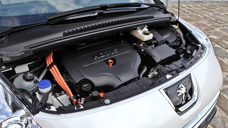 Une Peugeot 3008 hybride, en 2011. (CYRIL FOLLIOT / AFP)