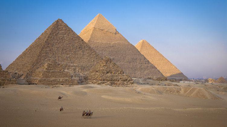 Les pyramides de Kheops, Kephren et Mekerinos, à Gizeh, en Egypte, le 21 octobre 2020. (JACQUES SIERPINSKI / AFP)