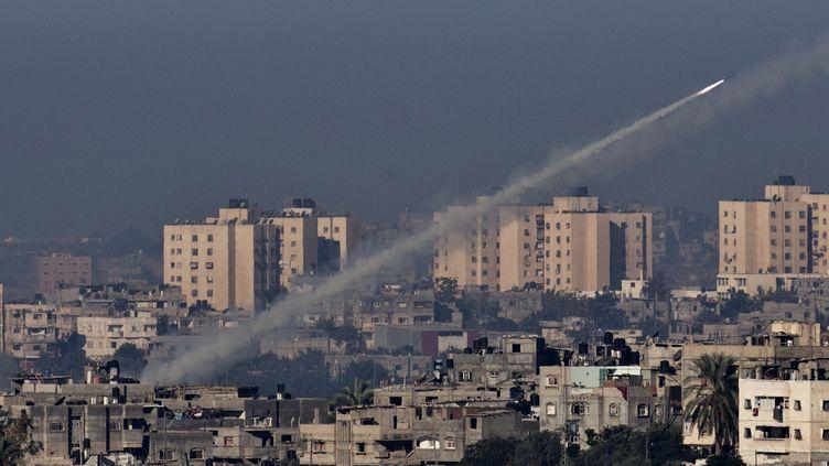 Une roquette est tirée depuis Gaza en direction d'Israël, le 15 novembre 2012. (JACK GUEZ / AFP)