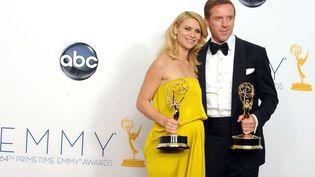 """Claire Danes et Damien Lewis ont remporté le trophée de meilleure interprétation pour un premier rôle avec la série""""Homeland"""", aux Emmy Awards, le 23 septembre 2012. (JORDAN STRAUSS/AP/SIPA / AP)"""