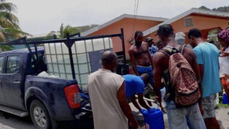 Antilles : ruée vers l'eau après l'éruption d'un volcan sur l'île de Saint-Vincent (France 3)