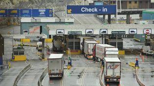 Des camions se préparent à embarquer pour la France, le 4 janvier 2021 à Douvres (Royaume-Uni). (GLYN KIRK / AFP)