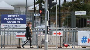 Une femme marche le long d'un centre de vaccination dans la ville de Nice, dans le sud de la France, le 18 avril 2021. (VALERY HACHE / AFP)