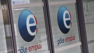 Le logo Pôle emploi sur les vitres d'une agence de Caen (Calvados), le 8 avril 2018. (JEAN-LUC FLEMAL / BELGA MAG / AFP)