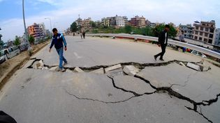Une route à Katmandou (Népal), le 27 avril 2015, deux jours aprèsle séisme dévastateur. (SUNIL PRADHAN / ANADOLU AGENCY / AFP)
