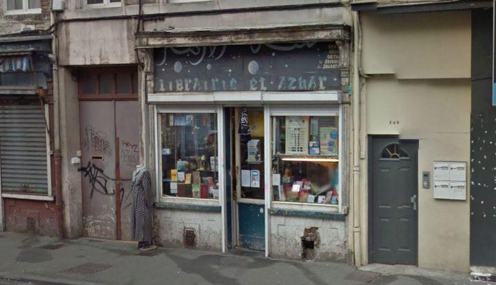 Vue de la librairie islamique El Azhar, en septembre 2014, à Lille. Un drapeau islamique trône au-dessus de l'entrée. (GOOGLE / FRANCETV INFO)