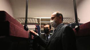 Le Premier ministre Jean Castex à bord du train couchettes Paris-Nice, le 20 mai 2021. (ANNE-CHRISTINE POUJOULAT / AFP)