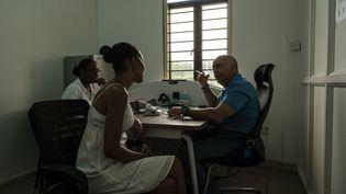 Peggie Richemond, toxicomane de 43 ans qui essaie de décrocher de l'héroïne avec la méthadone, en consultation avec le médecin cubain Ivan Rodriguez Ramos dans l'île de Mahé,aux Seychelles, le 19 novembre 2019. (YASUYOSHI CHIBA / AFP)