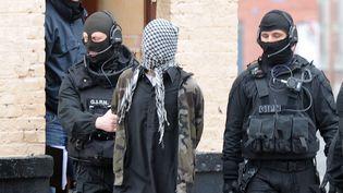 Des policiers du GIPN arrêtent un membre présumé d'un groupe islamiste radical, le 4 avril 2012 à Roubaix (Nord). (DENIS CHARLET / AFP)