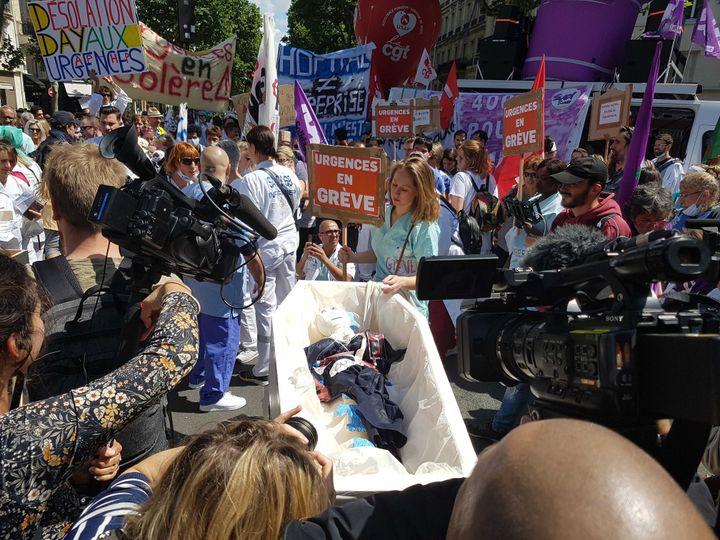 Des personnels des urgences ont manifesté à Paris, jeudi 6 mai 2019, afin de dénoncer leurs conditions de travail et les conditions d'accueil des patients. (FABIEN MAGNENOU / FRANCEINFO)
