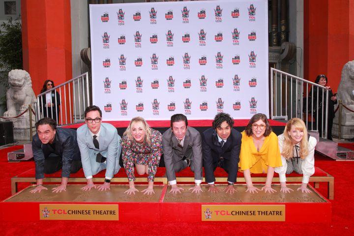 """Les acteurs de """"Big Bang Theory"""" ont laissé le 1er mai leurs empreintes dans le ciment au Chinese Theatre, cinéma historique de Hollywood. (RICH FURY / GETTY IMAGES NORTH AMERICA)"""