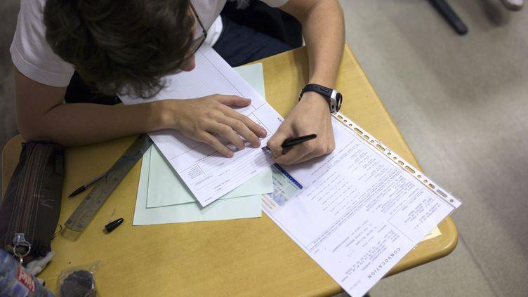 Un lycéen participe à l'épreuve de philosophie du baccalauréat, le 18 juin 2012, au lycée Lavoisier, à Paris. (FRED DUFOUR / AFP)