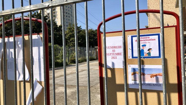 Le centre de vaccination est indiqué dès l'entrée du lycée Michel-Ange à Villeneuve-la-Garenne. (NOEMIE BONNIN / RADIO FRANCE)