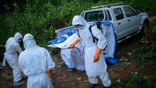 Des volontaires vêtus de combinaisons spéciales après la mort de plusieurs victimes du virus Ebola, à Kenema, en Sierra Leone, le 26 août 2014. ((MOHAMMED ELSHAMY / ANADOLU AGENCY / AFP))