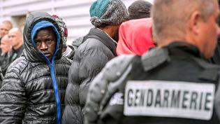 Un gendarme encadre l'évacuation d'un camp de migrants, à Calais (Pas-de-Calais), le 2 juin 2015. (PHILIPPE HUGUEN / AFP)