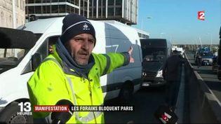 Un homme, bloqué sur le périphérique parisien dans un bouchon provoqué par une opération escargot des forains, proteste le 6 novembre 2017. (FRANCE 2)