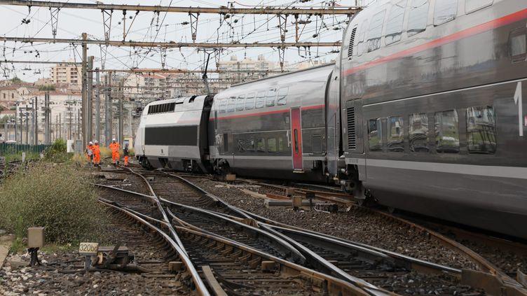 Le TGV en provenance de Paris qui a déraillé lors de son arrivée à faible vitesse à la gare de Marseille Saint-Charles, vendredi 24 août 2018. (MAXPPP)