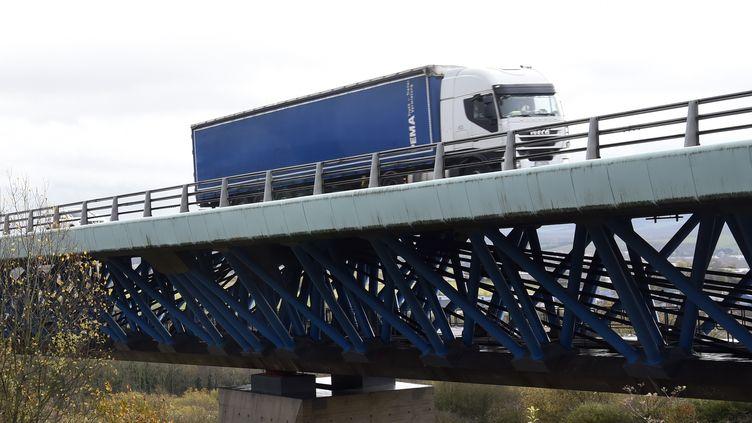 Un poids lourd traverse le viaduc d'Echinghenà Boulogne-sur-Mer (Pas-de-Calais), le 28 novembre 2019. (FRANCOIS LO PRESTI / AFP)