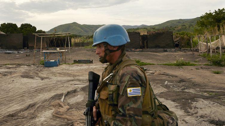Un soldat de l'ONU patrouille dans la région entourant le village de Kafe, en Ituri, au sein de la République démocratique du Congo (RDC), le 27 mars 2018. (ALEX MCBRIDE / AFP)