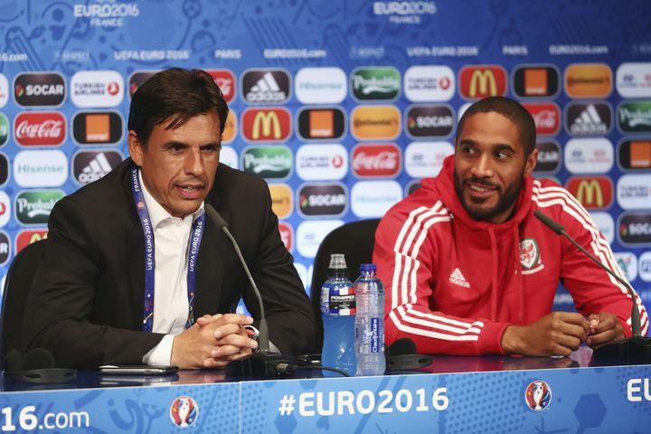 Le sélectionneur Chris Coleman et le défenseur Ashley Williams, lors d'une conférence de presse au Parc des Princes, le 24 juin 2016 à Paris. (UEFA / AFP)