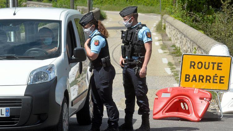 Des gendarmes patrouillent près du village des Plantiers dans le Gard, le 12 mai 2021. (M. ESDOURRUBAILH / MAXPPP)