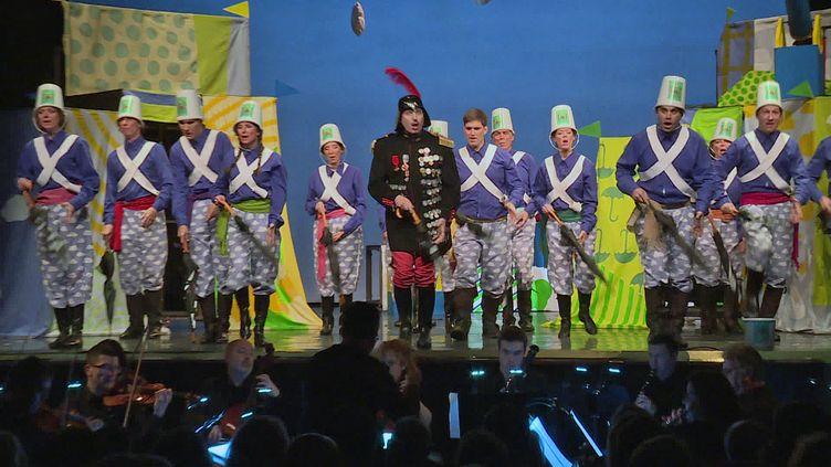 """La troupe d'amateur de l'association """"Les Trétaux lyriques"""" sur la scène du théâtre du Gymnase à Paris (France Télévision)"""