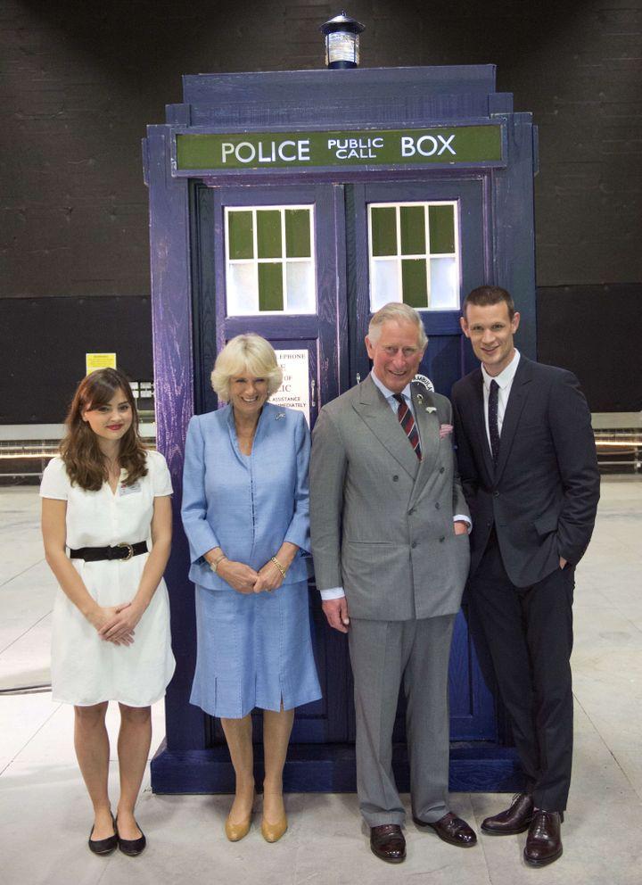 """Camilla et le prince Charles, en visite dans les studios de la BBC, posent avec deux acteurs de la série """"Dr Who"""", Jenna Louise Coleman et Matt Smith, à Cardiff (Royaume-Uni), le 3 juillet 2013. (REX/SIPA)"""