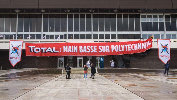 Greenpeace, les Amis de la Terre et Action Climat Paris interrompent le conseil d'administration de Polytechnique et lui demandent de rejeter le projet d'installation de Total au cœur du campus, le 12 mars 2020 à Saclay (Essonne). (JEREMIE JUNG / GREENPEACE)