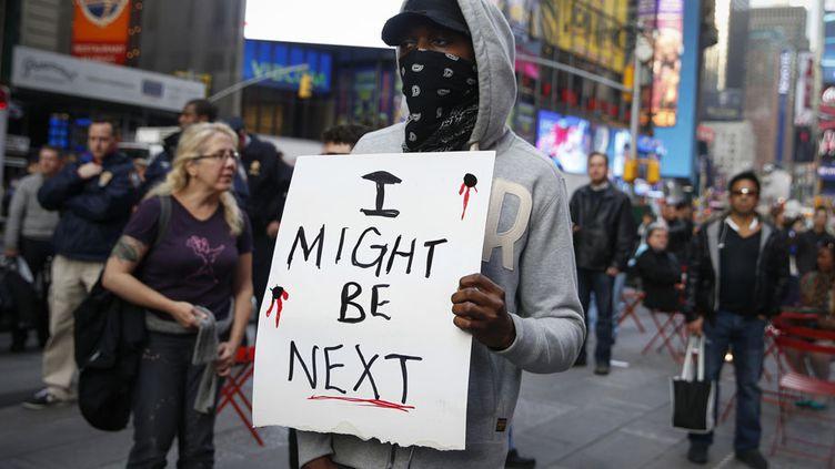 """Un manifestant avec une pancarte """"I might be next"""" (""""Je pourrais être le prochain"""") exprime sa colère après le verdict dans l'affaire Michael Brown à Times Square (New York), le 1er décembre 2014. (SHANNON STAPLETON / REUTERS)"""