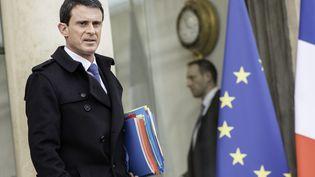 Le Premier ministre, Manuel Valls, quitte l'Elysée à l'issue du Conseil des ministres, le 27 janvier 2016. (CITIZENSIDE/YANN KORBI / AFP)