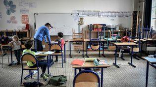 Des enfants de soignants sont accueillis dans une classe d'une écoledu 12e arrondissement deParis, le 30 avril 2020. (STEPHANE DE SAKUTIN / AFP)