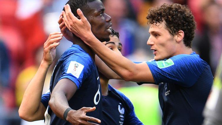 Benjamin Pavard (à droite) félicite son partenaire Paul Pogba, buteur contre l'Australie, samedi 16 juin 2018 à Kazan (Russie). (ANDREAS GEBERT / DPA / AFP)