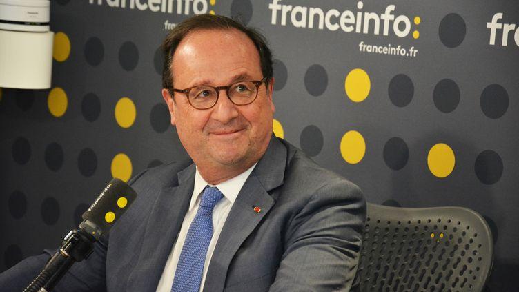 L'ancien président de la République François Hollande dans l'un des studios de franceinfo. (JEAN-CHRISTOPHE BOURDILLAT / RADIO FRANCE)