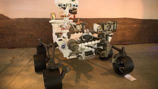 Une reproduction à taille réelle du robot Perseverance dans un laboratoire de la Nasa, à Pasadena en Californie (Etats-Unis), le 16 février 2021. (PATRICK T. FALLON / AFP)