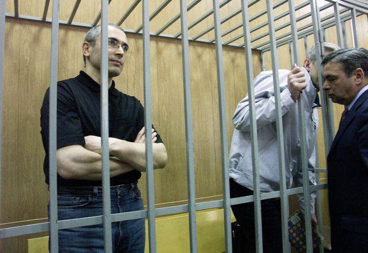 Mikhaïl Khodorkovski et son associéPlaton Lebedev lors de leur procès à Moscou (Russie) en 2004. (KOROBEINIKOV DMITRY / RIA NOVOSTI / AFP)