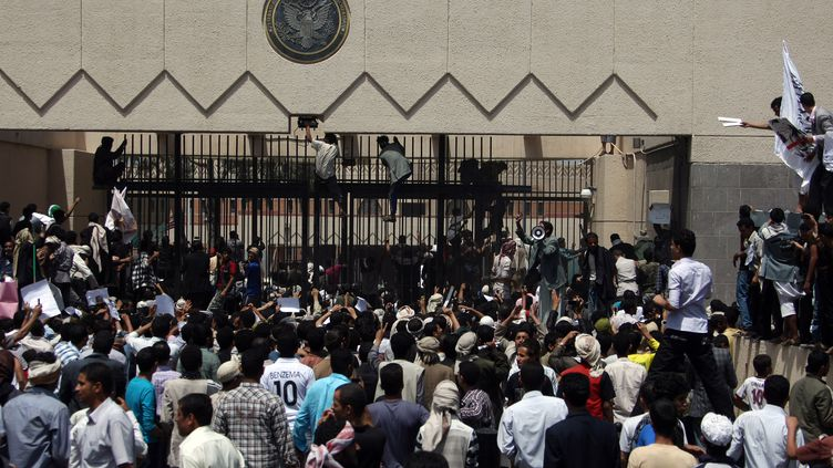 Des manifestants prennent d'assaut l'ambassade américaine à Sanaa (Yemen), le 13 septembre 2012. (MOHAMMED HUWAIS / AFP)