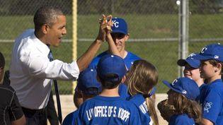 Barack Obama est venu saluer de jeunes joueurs de baseball dans le Friendship park de Washington, en mai 2014. (Kevin Dietsch / Pool)