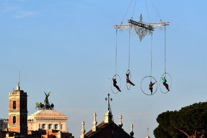 Les acrobates du théâtre Kitonb répètent leur numéro vertigineux à Rome avant le spectacle du Nouvel An  (ALBERTO PIZZOLI / AFP)