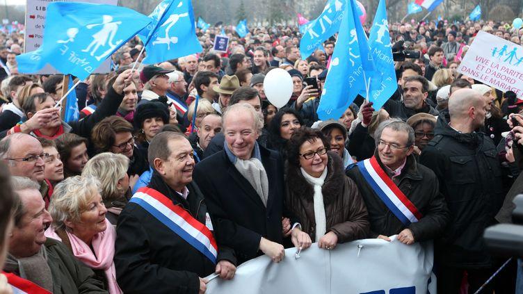 Des élus de droite, ceints de leur écharpe tricolore, en première ligne dans les cortège de la manifestation contre le mariage des homos, le 13 janvier 2013 à Paris. (THOMAS SAMSON / AFP)