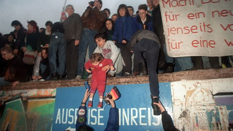 Sur le Mur de Berlin le 22 décembre 1989... (AFP - Patrick Hertzog)