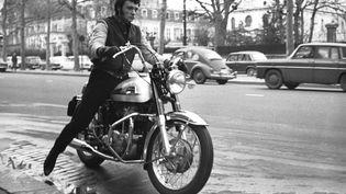 Johnny Hallyday à moto dans Paris en 1960. (REPORTERS ASSOCIES / GAMMA-RAPHO)