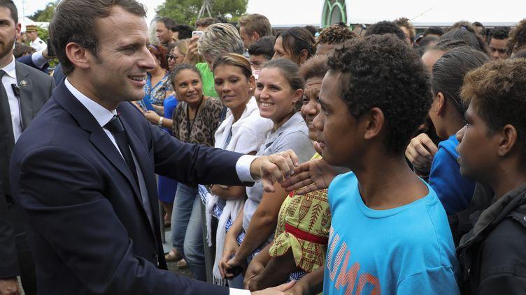 Le président français Emmanuel Macron pendant un bain de foule dans une rue de Koné (Nouvelle-Calédonie), le 4 mai 2018. (LUDOVIC MARIN / AFP)