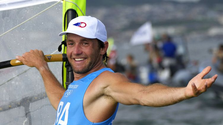 Le Français Thomas Goyard tout sourire après sa médaille d'argent aux JO de Tokyo en planche à voile RS:X, le 31 juillet 2021. (BERNAT ARMANGUE / AP)