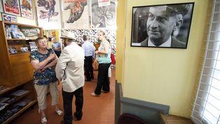 Des personnes visitent le musée dédié à Louis de Funès, situé au Cellier, près de Nantes, le 31 juillet 2014. (JEAN-SEBASTIEN EVRARD / AFP)