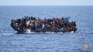 Les migrantssautent d'un bateau juste avant qu'il ne se renverse au large des côtes libyennes, le25 mai 2016. (AP / SIPA)