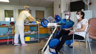 Une malade du coronavirus prise en charge par le centre de réhabilitation Emile Miller de l'hôpital de Mulhouse. (SEBASTIEN BOZON / AFP)