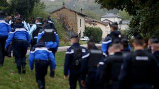Des gendarmes pendant les recherches de Victorine, le 28 septembre 2020 à Villefontaine (Isère). (ANTOINE MERLET / AFP)