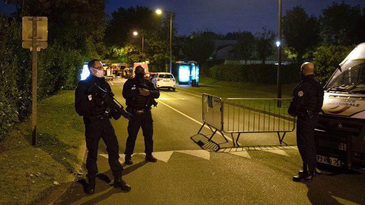 Des policiers contrôlent l'accès à une rue à Eragny le 16 octobre 2020. (ABDULMONAM EASSA / AFP)